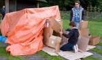 De jongeren sliepen in zelfgebouwde hutten.