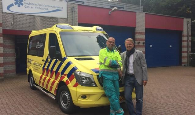 René Ton (r.), directeur van RAV Gooi en Vechtstreek, en Hans Wesdijk, ambulancechauffeur en wagenparkbeheerder.