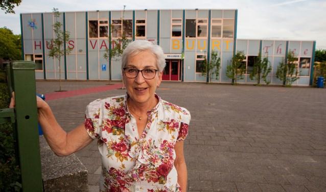 Anita Dijk voor De Draaikom, waar straks een AED zal hangen die gebruikt kan worden als iemand een hartstilstand heeft in de buurt.