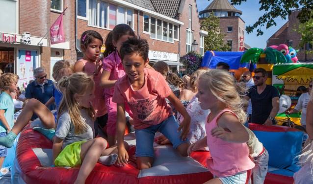Op het Oude Raadhuisplein kunnen kinderen zich tijdens de Huizerdag weer uitleven.