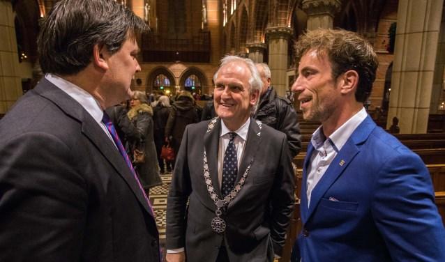 Ruben Assman (rechts) samen met burgemeester Broertjes en wethouder Floris Voorink.