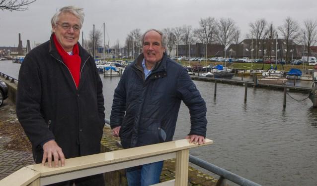 André Vink (links) en Willem Geesink voor de haven die in hun ogen ook in een visie opgenomen moet worden om Huizen echt de Haven van 't Gooi te laten zijn.