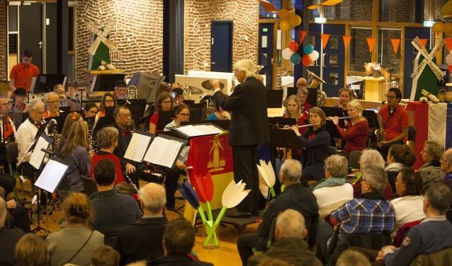 De aula van het Erfgooierscollege was aangekleed in Hollandse sfeer.