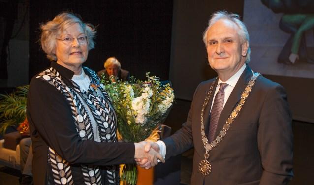 Alida ten Wolde samen met burgemeester Broertjes.