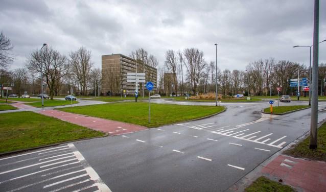 De rotonde gezien vanaf de Vreelandseweg. Rechts - niet te zien op de foto - is de afslag Sporthavenpad.