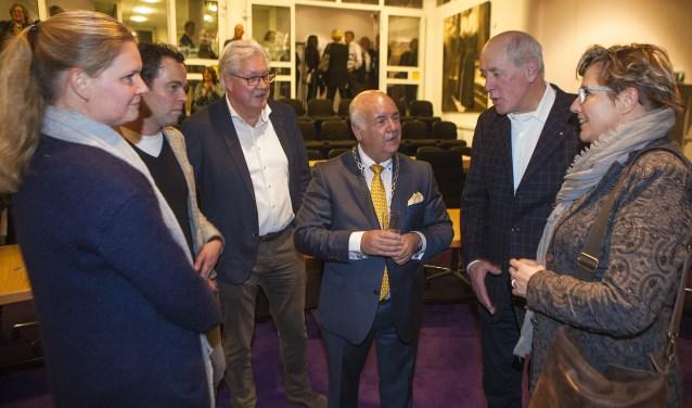 Organisatoren Ellen Leenes, Eric van As, Evert Roest, Hans Borremans en Nicole Bouts in gesprek met burgemeester Hertog. Ton Tanghe en Rob Smits ontbreken.