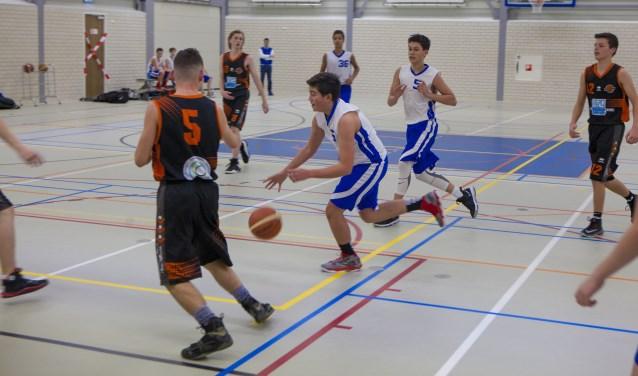 De basketballers van Quick Runners in actie in Sporthal Wolfskamer.
