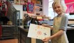 Lucas Fahy van de International School Hilversum laat trots zijn kunstwerk zien. Gemaakt met legostenen.