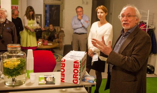 Wethouder Gerrit Pas opent het campagnepand van zijn partij. Achter hem lijsttrekker Karin Rienstra.