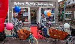 Robert Harms (r) en zijn collega Peter voor de winkel aan de Naarderstraat.