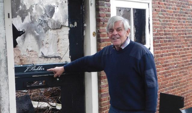 Jil Bakker bij de voordeur van de uitgebrande boerderij.