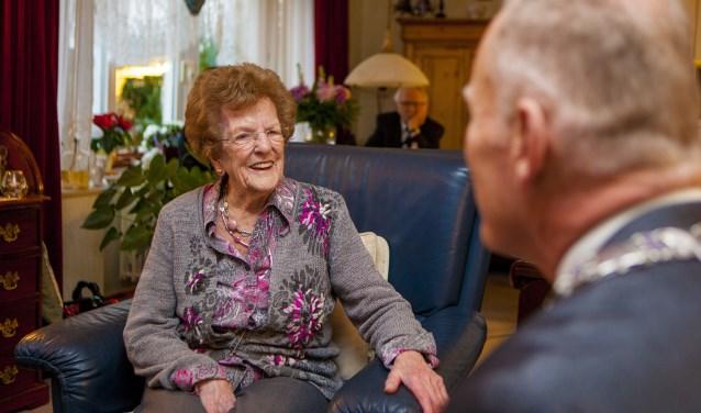 De jarige Rie kreeg bezoek van burgemeester Han ter Heegde.
