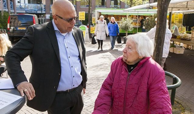 Wethouder Jan Franx ik gesprek op de markt.
