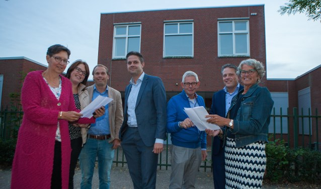 Bestuursleden van Stichting Hospice Huizen voor het hospice aan het Gooierserf.