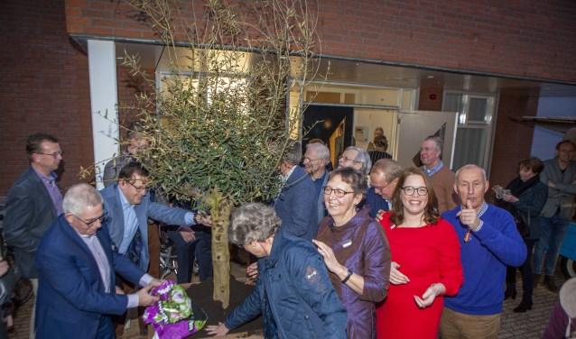 De initiatiefnemers van Hospice Huizen planten ter gelegenheid van de officiële opening een olijfboom.