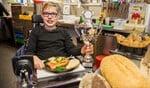 Marc toont trots het naar hem vernoemde wedstrijdbroodje en de sponsorbeker die hij won op de Horecava.