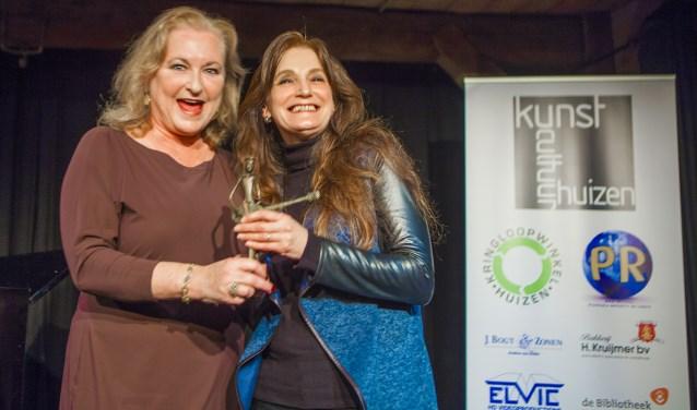 De burgemeester van Blaricum, Kunststad van het Jaar 2018, rijkt het beeldje dat bij de prijs hoort uit aan Simone Stawicki.