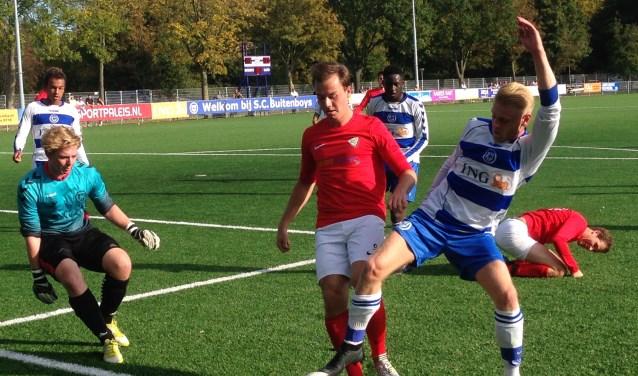 Laren speelde zaterdag in het rode reservetenue. Aan de bal Wessel Roest.