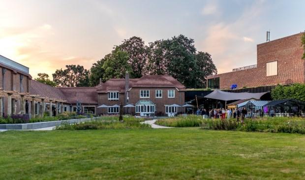 Uitzicht op de beeldentuin, de historische villa, het museum en het theater vanaf de plek waar in de zomer van 2021 de Narndic vleugel verrijst.