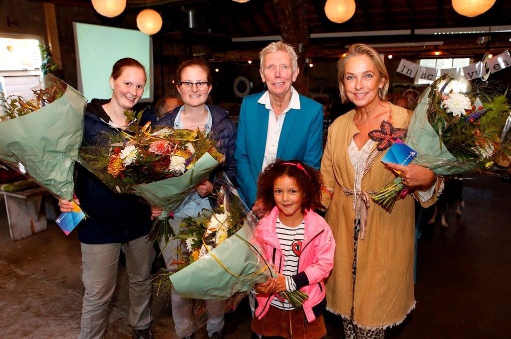 V.l.n.r.: Debbie Croonen-Bakker, Wendie Bakker, wethouder Liesbeth Boersen en Celine Godfroy. Vooraan: Eva Keus (winnaar kinderfoto).  © Enter Media