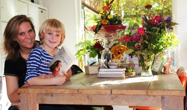Nils is apetrots op zijn moeder Suzan Hilhorst. Haar tweede boek 'Eclips' is donderdag gepresenteerd en haar derde boek is in de maak.