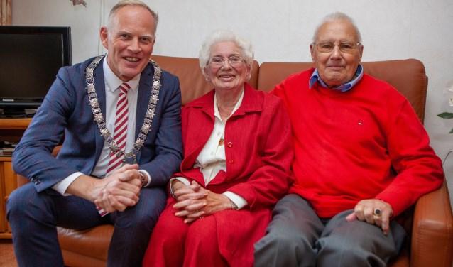 Burgemeester op bezoek bij echtpaar Chrispijn.