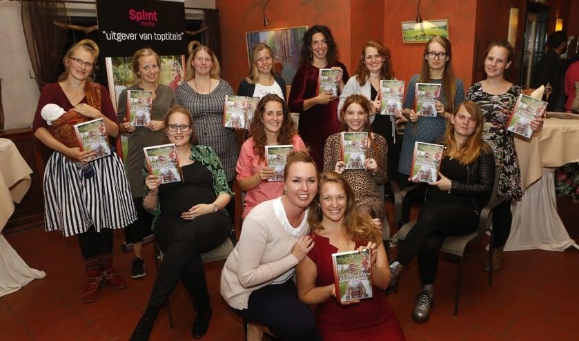 De dertien zwangere dames met vooraan Bianca Krijnen-Splint (links) en Nienke Gottenbos (rechts).