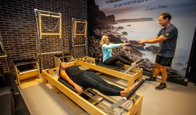Docent Ruud van den Brink geeft les in de Pilates Boutique.