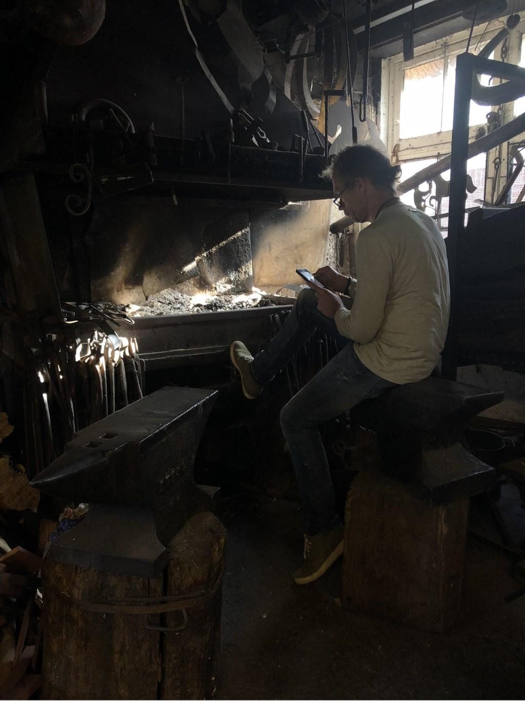 Henk van den Bergh in de smederij. Foto: Celine Godfroy © Enter Media