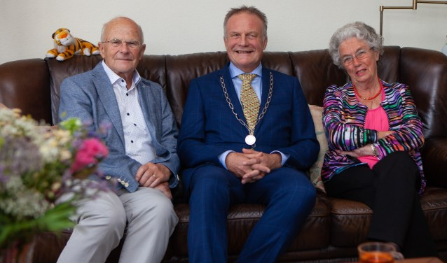 Henk en Annie Kooij met in het midden burgemeester Sicko Heldoorn.