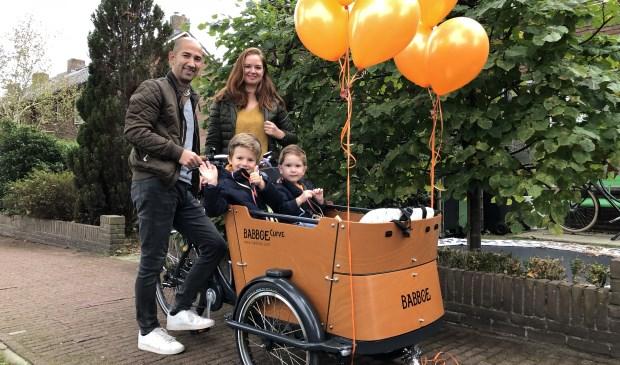 Benjamin (r) kan nu samen met zijn ouders en broer Lucas er op uit met de fiets.