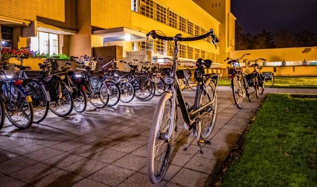 Ook bij het raadhuis werden lang niet alle fietsen tijdens de bijeenkomst van dinsdagavond in de rekken geplaatst.