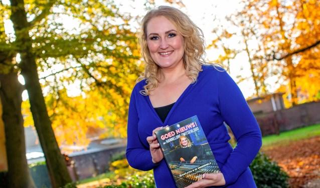 Nieuwslezeres, voice-over en nu ook schrijfster Hannelore Zwitserlood met haar boek dat werd gepresenteerd in boekhandel Voorhoeve.