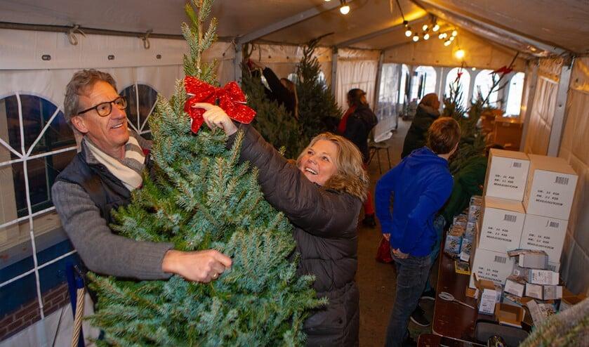 Jaap en Annelies bij Ons Genoegen, waar de kerstbomen door Raboes-scouts werden versierd.