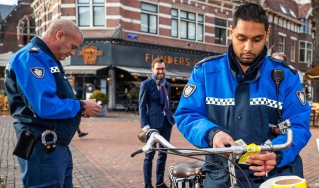 Scheepers liep al eens mee met de BOA's die dagelijks controleren op verkeerd geparkeerde fietsen.