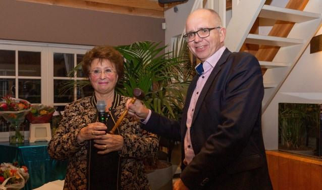 Voormalig voorzitter Marijke Willemsen overhandigt de voorzittershamer aan Maarten van Gessel (directeur-bestuurder Het Gooi en Omstreken).