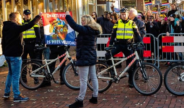 Vlak voordat de stoet van Sinterklaas zou arriveren op de kop van de Groest lieten pro Zwarte Piet-betogers van zich horen.