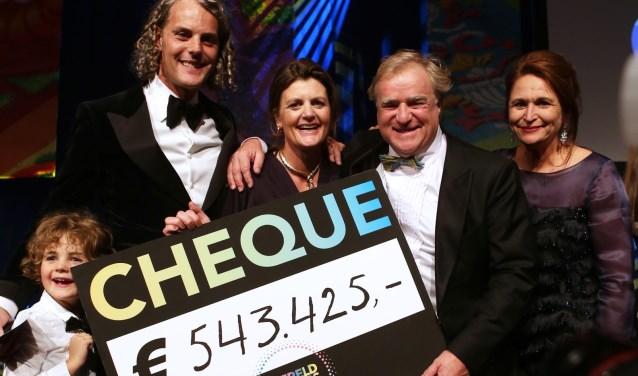 Pauline Lemberger (midden) maakt samen met het bestuur van WereldOuders  het ingezamelde bedrag van 543.425 euro bekend.