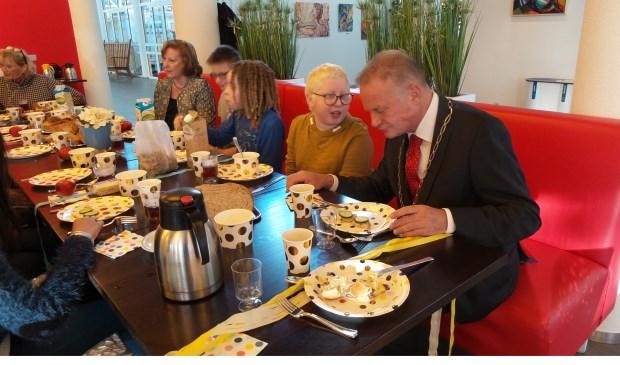 Nassim in gesprek met burgemeester Sicko Heldoorn tijdens het Nationaal Schoolontbijt.
