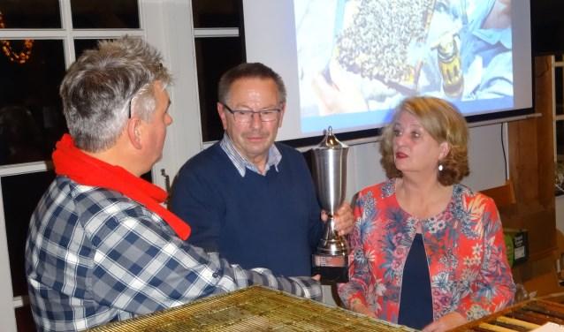 Johan Duurland krijgt de Bep Vos-wisselbeker uit handen van burgemeester Rinske Kruisinga.