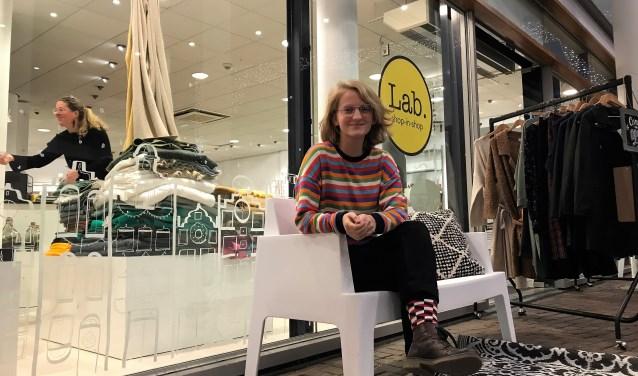 Julie werkt al een tijdje in Lab. Vanaf zaterdag doet ze mee aan Lab.Junior en zijn haar kaarten te koop in de Hilversumse winkel.