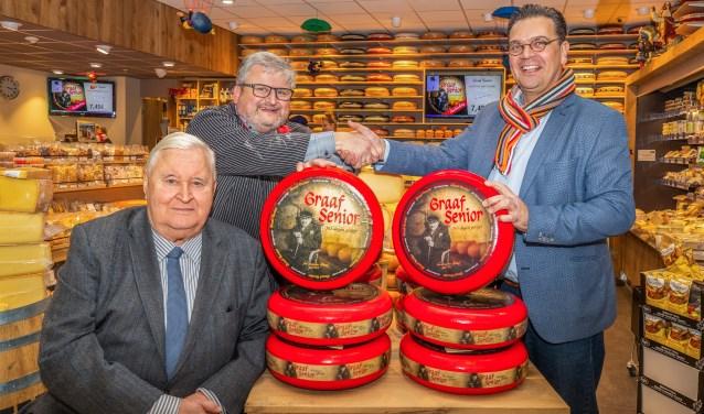 Hugo van der Graaf met voor hem zijn vader Jan en rechts leverancier Erik van Dam.