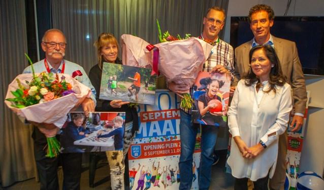 De drie winnaars met wethouder Roland Boom en Anita Campbell van Sport Platform Huizen.