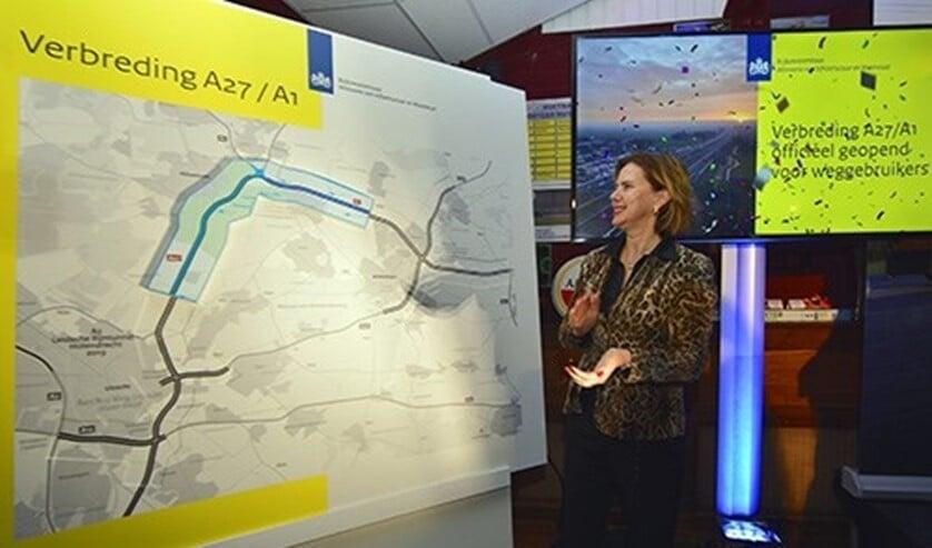 Minister Cora van Nieuwenhuizen legt het puzzelstukje.