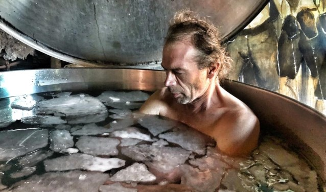 Henk van den Bergh in een kuip vol ijsschotsen.