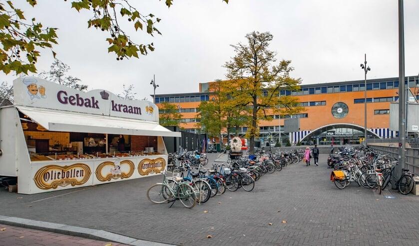 Voor de kraam staan veel fietsen die daar niet horen te staan.