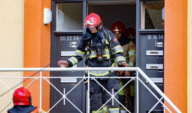 De brandweer bij een brand in de Verschurestraat.