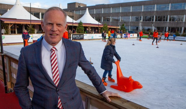 Burgemeester Han ter Heegde bij Bussum op IJs.