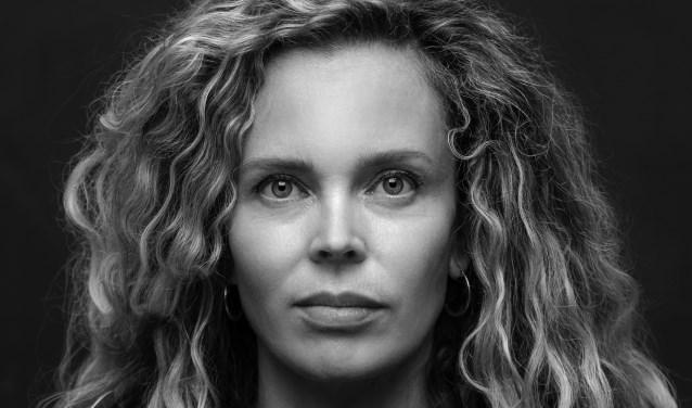 Roxanne van Iperen wordt geïnterviewd door Jasper Henderson.