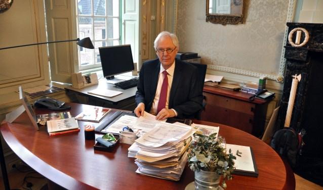 Burgemeester Van Bochove in zijn werkkamer.